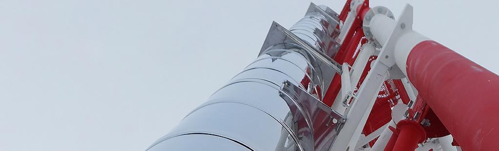 Дымоход из нержавеющей стали на опорной металлоконструкции